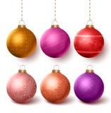 Bunter Dekorationssatz der Weihnachtsbälle, der in isloated weißem Hintergrund hängt Lizenzfreies Stockfoto
