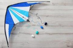 Bunter Drachen mit Strickgarn auf hölzernem Hintergrund lizenzfreie stockfotos
