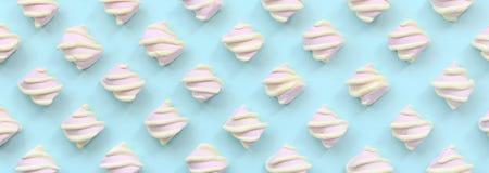 Bunter Eibisch ausgebreitet auf blauem Papierhintergrund kreatives strukturiertes Pastellmuster minimal lizenzfreie abbildung