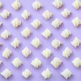Bunter Eibisch ausgebreitet auf violettem Papierhintergrund kreatives strukturiertes Pastellmuster minimal stock abbildung