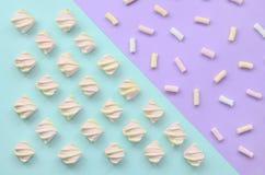 Bunter Eibisch ausgebreitet auf violettem und blauem Papierhintergrund kreatives strukturiertes Pastellmuster minimal vektor abbildung
