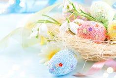 Bunter Eihintergrund Ostern Schöne bunte Eier mit Dekorationen über blauem hölzernem Hintergrund, Grenzdesign Stockfoto