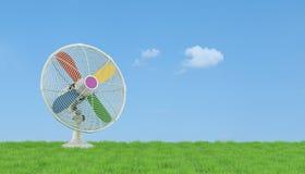 Bunter elektrischer Ventilator auf Gras Lizenzfreie Stockfotos