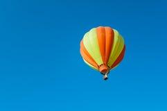 Bunter fantastischer Ballon, der in den Himmel schwimmt Lizenzfreie Stockbilder