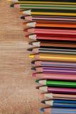 Bunter Farbbleistift vereinbart in der diagonalen Linie Stockfotografie