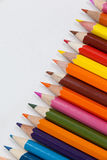 Bunter Farbbleistift vereinbart in der diagonalen Linie Lizenzfreie Stockfotos