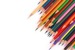 Bunter Farbbleistift vereinbarte in der diagonalen Linie auf weißem Hintergrund Lizenzfreies Stockfoto
