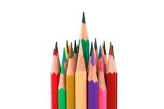 Bunter Farbbleistift vereinbarte in der diagonalen Linie auf weißem Hintergrund Stockfotografie