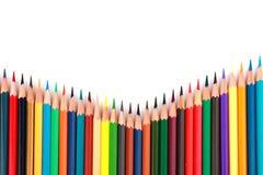 Bunter Farbbleistift vereinbarte in der diagonalen Linie auf weißem Hintergrund Lizenzfreie Stockfotografie