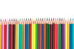 Bunter Farbbleistift vereinbarte in der diagonalen Linie auf weißem Hintergrund Stockbild