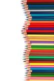 Bunter Farbbleistift vereinbarte in der diagonalen Linie auf weißem Hintergrund Stockfotos