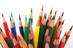 Bunter Farbbleistift vereinbarte in der diagonalen Linie auf weißem Hintergrund Lizenzfreie Stockfotos