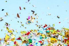 Bunter Feierhintergrund mit Konfettis, Sternen, Feuerwerken und Dekoration auf blauem Hintergrund Flache Lage lizenzfreies stockfoto