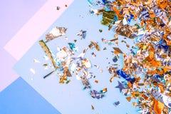 Bunter Feierhintergrund mit Konfettis, Sternen, Feuerwerken und Dekoration auf blauem Hintergrund Flache Lage stockfoto