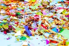 Bunter Feierhintergrund mit Konfettis, Sternen, Feuerwerken und Dekoration auf blauem Hintergrund stockbilder