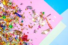 Bunter Feierhintergrund mit Konfettis, Sternen, Feuerwerken und Dekoration auf rosa Hintergrund Flache Lage lizenzfreie stockfotos