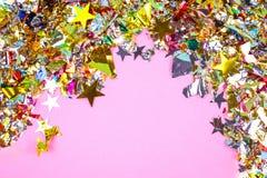Bunter Feierhintergrund mit Konfettis, Sternen, Feuerwerken und Dekoration auf rosa Hintergrund Flache Lage stockfoto