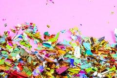 Bunter Feierhintergrund mit Konfettis, Sternen, Feuerwerken und Dekoration auf rosa Hintergrund lizenzfreie stockbilder