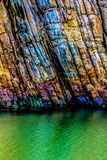 Bunter Felsen im Fluss stockbild