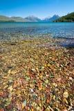 Bunter Felsen im See des Glacier Nationalparks stockfoto