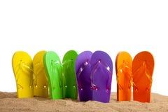 Bunter Flipflop Sandles auf einem Sandy-Strand lizenzfreies stockfoto