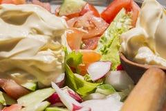 Bunter Frischgemüsesalat des Frühlinges mit Gemüsegarten Lizenzfreie Stockfotografie