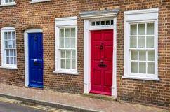 Bunter Front Doors eines Reihenhauses in Großbritannien Lizenzfreies Stockfoto