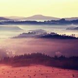 Bunter Frostfall Nebelhafte Herbstgebirgshügellandschaft Gefiltertes Bild mit Kreuz verarbeitetem klarem Effekt lizenzfreie stockbilder