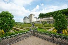 Bunter Garten an einem französischen Chateau Stockbild
