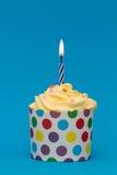 Bunter Geburtstagkleiner kuchen Stockfotografie
