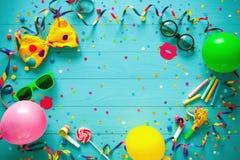 Bunter Geburtstags- oder Karnevalshintergrund Lizenzfreies Stockfoto