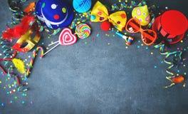 Bunter Geburtstags- oder Karnevalshintergrund Stockbilder