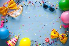 Bunter Geburtstags- oder Karnevalshintergrund lizenzfreies stockbild