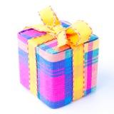 Bunter gestreifter Geschenkkasten getrennt. Lizenzfreies Stockbild