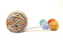 Bunter großer Threadball vom vier Farbthread Baumwollthreadbälle lokalisiert auf weißem Hintergrund Stockfoto