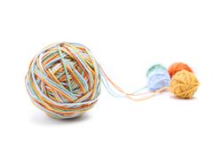 Bunter großer Threadball vom vier Farbthread Baumwollthreadbälle lokalisiert auf weißem Hintergrund Stockbilder
