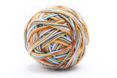 Bunter großer Threadball vom vier Farbthread Baumwollthreadball lokalisiert auf weißem Hintergrund Stockbilder