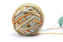 Bunter großer Threadball vom vier Farbthread Baumwollthreadball lokalisiert auf weißem Hintergrund Lizenzfreie Stockfotografie