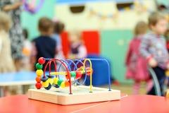 Bunter hölzerner Spielzeugstandplatz am Tisch im Kindergarten stockfoto
