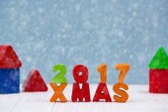 Bunter hölzerner Text Weihnachten 2017 auf weißem hölzernem Schreibtisch mit Christm Lizenzfreies Stockfoto