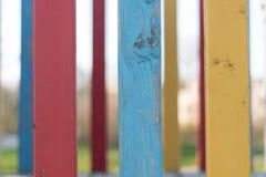 Bunter hölzerner Zaun auf Spielplatz im nördlichen Teil von Deutschland lizenzfreie stockfotos
