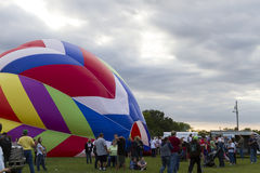 Bunter Heißluft-Ballon heben weg Lizenzfreie Stockfotos