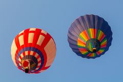 Bunter Heißluftballon früh morgens Stockbilder