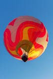 Bunter Heißluftballon früh morgens Stockfoto
