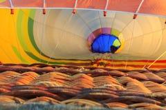 Bunter Heißluftballon früh morgens Lizenzfreie Stockfotos