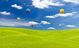 Bunter Heißluftballon gegen blauen Himmel Lizenzfreie Stockfotos