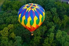 Bunter Heißluftballon im Flug lizenzfreies stockbild