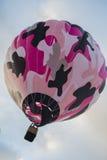 Bunter Heißluftballon im Himmel Stockbild