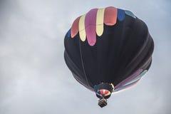 Bunter Heißluftballon im Himmel Stockbilder