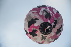 Bunter Heißluftballon im Himmel Stockfotografie